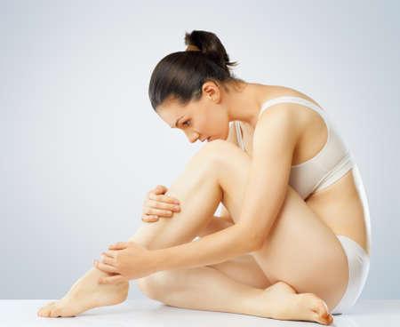 cuerpo femenino: ella se preocupa por su cuerpo Foto de archivo