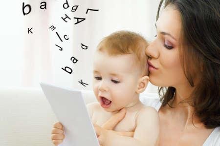 dos personas hablando: feliz madre cargando a su bebé