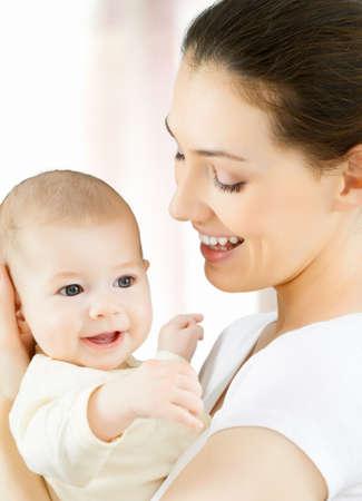 madre y bebe: feliz madre sosteniendo a su beb�