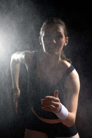 sudando: chica en el deporte en la noche