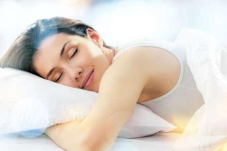 durmiendo: hermosa muchacha duerme en la habitaci�n Foto de archivo
