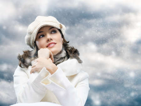 in winter: una ragazza di bellezza sullo sfondo invernale