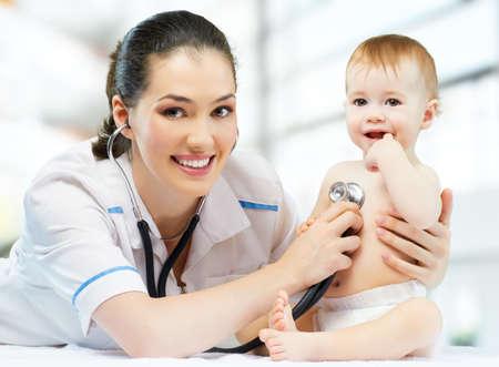 een arts die een baby op de handen