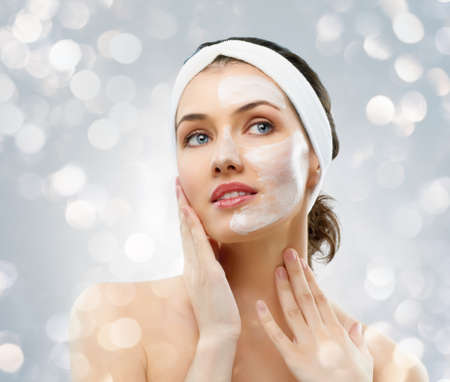 gezichtsbehandeling: schoonheid vrouwen het krijgen van gezichtsmasker Stockfoto