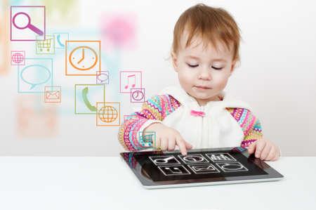enfant qui joue: petit enfant jouant avec des jouets