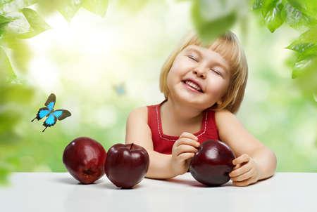 frutas divertidas: una vida hermosa ni�a disfrutando