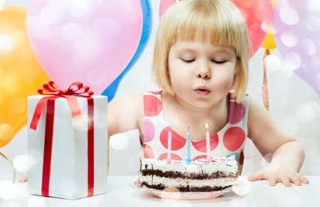 velas de cumpleaños: niña celebra su cumpleaños Foto de archivo