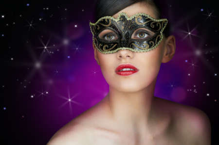 masked woman: linda chica en una mascarada m�scara