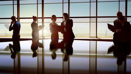 n�gociation: �quipe de gens d'affaires prosp�res Banque d'images