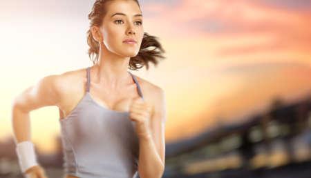 sportsman: chica en el deporte en el atardecer de fondo