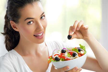 ätande: En vacker flicka äta hälsosam mat
