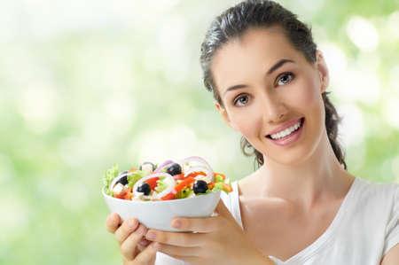 eating: Une belle fille mangeant des aliments sains Banque d'images