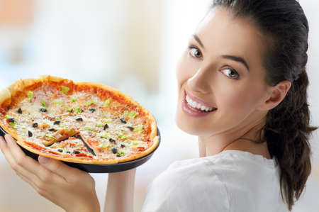 pizza: Meisje eten van een heerlijke pizza Stockfoto