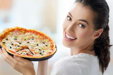 pizza: Ni�a comiendo una deliciosa pizza