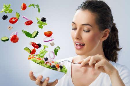 comidas saludables: Una hermosa ni�a comiendo alimentos saludables Foto de archivo