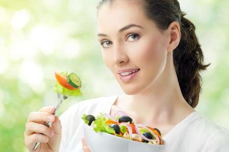 meisje eten: Een mooi meisje eten van gezond voedsel