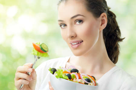 ni�a comiendo: Una hermosa ni�a comiendo alimentos saludables Foto de archivo
