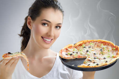 Meisje eten van een heerlijke pizza Stockfoto