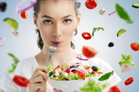 lifestyle: Una hermosa niña comiendo alimentos saludables Foto de archivo