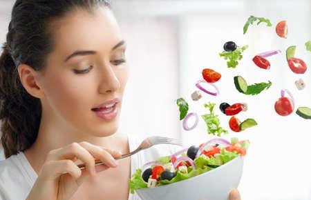 nutrients: Una hermosa ni�a comiendo alimentos saludables Foto de archivo