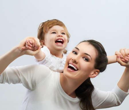familias felices: feliz madre sostiene a su beb�