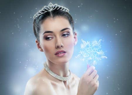 corona reina: nieve reina con una corona