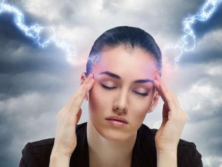 hoofdpijn: een arm meisje die lijden aan de pijn
