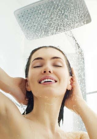 femme baignoire: une jeune fille debout belle � la douche