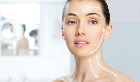 tratamiento facial: belleza de la mujer en el fondo del cuarto de ba�o