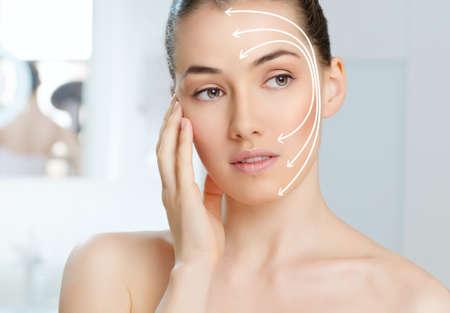 masajes faciales: belleza de la mujer en el fondo del cuarto de ba�o