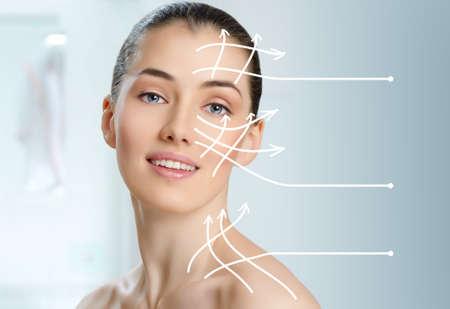 facial massage: Femme de beaut� sur le fond de la salle de bains Banque d'images