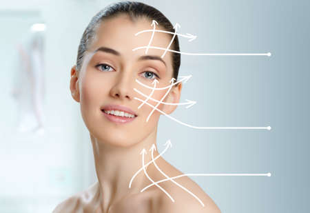 ansikts: skönhet kvinna på badrums bakgrunden Stockfoto