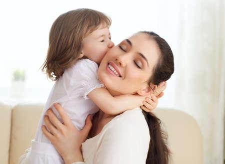 幸せな母が彼女の子供を保持