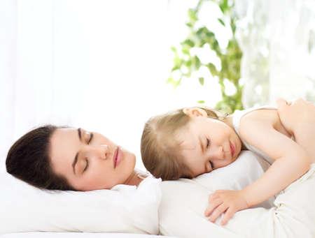 enfant qui dort: heureuse mère tenant son enfant