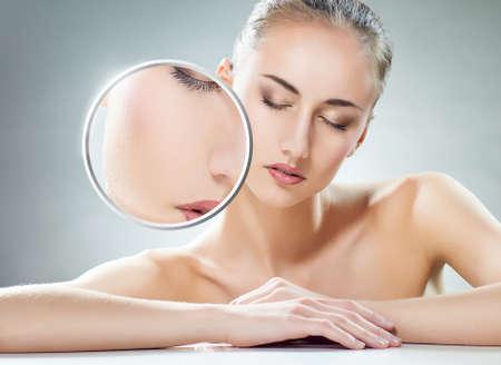tratamiento facial: mujer de belleza en el fondo gris Foto de archivo