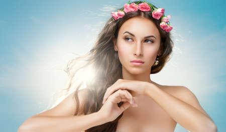 jolie fille: Femme de beauté sur le fond de ciel