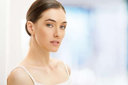 arrugas: Mujer de belleza en el desenfoque de fondo
