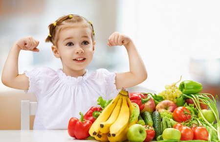 frutas divertidas: Una muchacha hermosa que come la fruta fresca Foto de archivo