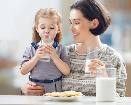 verre de lait: lait fille de boire � la cuisine Banque d'images