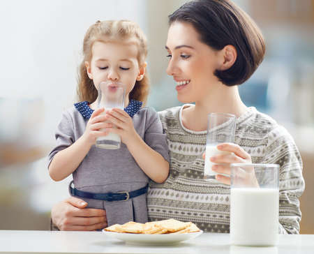 tomando leche: leche de consumo chica en la cocina