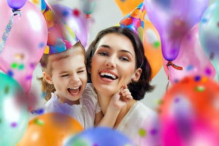 fiesta familiar: madre e hija son felices juntos