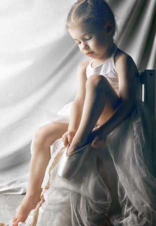어린 소녀: 발레 신발에 대한 노력 어린 소녀 스톡 사진