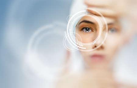 ojos azules: salud de los ojos de una joven Foto de archivo
