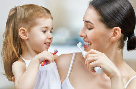母と娘は私の歯を磨く 写真素材