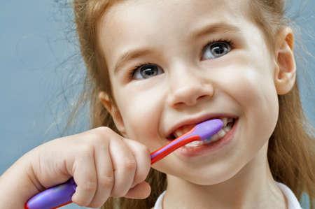 little girl brushing teeth Imagens