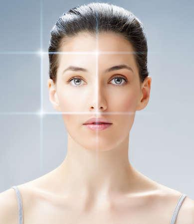 visage: Femme de beaut� sur le fond bleu