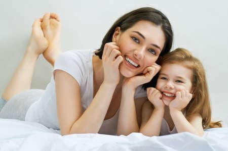 Glückliche Mutter mit ihrem Kind Standard-Bild - 27511773