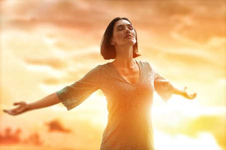 女の子は幸せな夏の太陽 写真素材 - 27862509