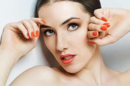 Hermosa chica con las uñas de color rojo Foto de archivo - 29451629
