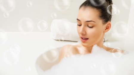 욕실에 누워있는 아름다운 소녀 스톡 콘텐츠 - 30971330